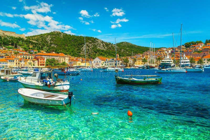 有渔船和历史建筑的,赫瓦尔,克罗地亚令人惊讶的江边 库存照片