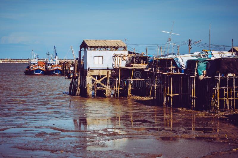 有渔船的渔夫村庄在泰国 免版税库存图片