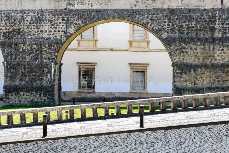 有渡槽的被铺的路在背景,科英布拉(葡萄牙)中 库存照片