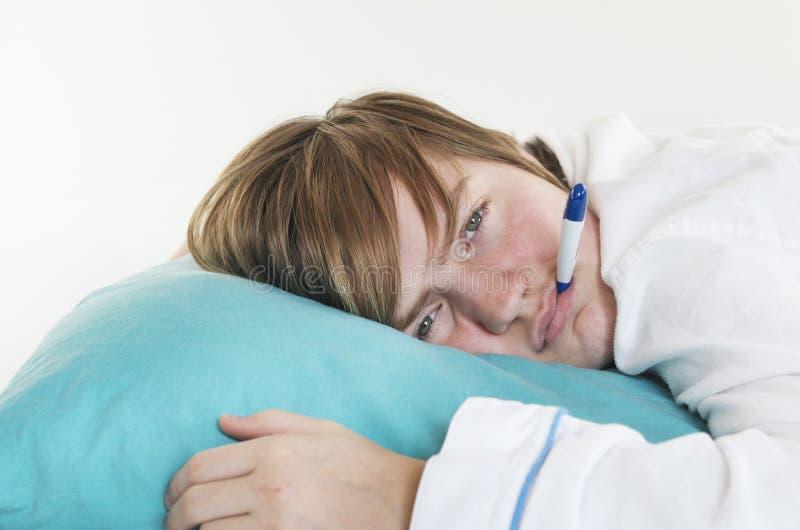 有温度计的病的女孩 免版税库存照片
