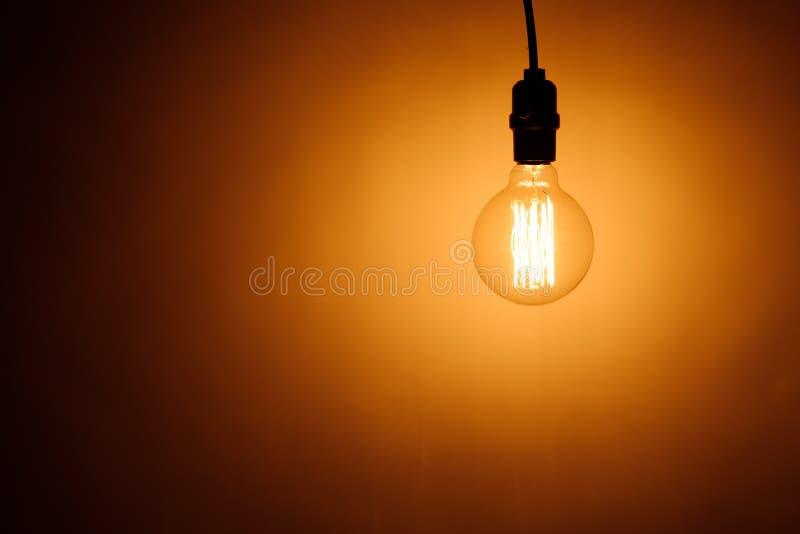 有温暖的光的电灯泡灯 免版税库存图片