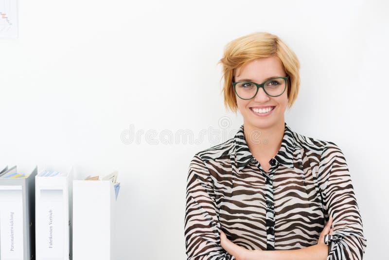 有温暖的微笑的友好的女实业家 免版税库存照片