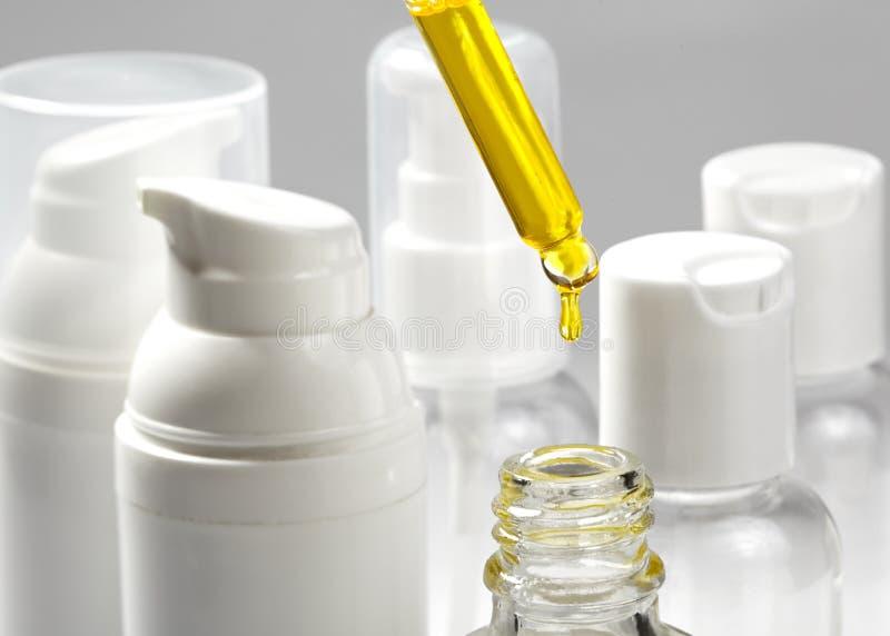 有温泉化妆用品油的白色化妆瓶 健康、温泉和身体关心瓶罐收藏 浴秀丽构成油用肥皂擦洗处理 图库摄影