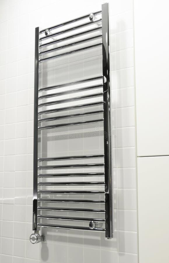 有温箱的电Chrome毛巾架 电毛巾架&卫生间幅射器在现代豪华卫生间里 库存照片