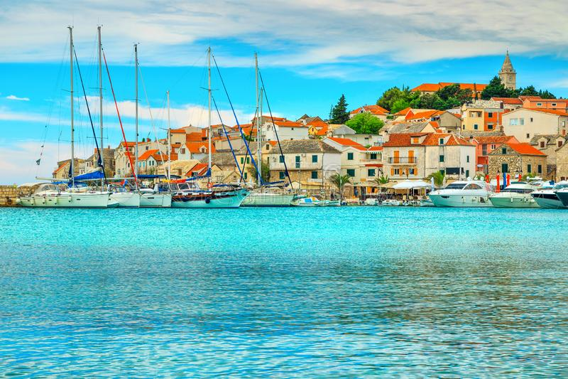 有港口和老渔村的,Primosten,达尔马提亚,克罗地亚全景 库存照片