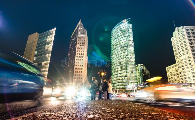 有游人和堵车的波茨坦广场在蓝色小时-柏林ny夜 库存照片