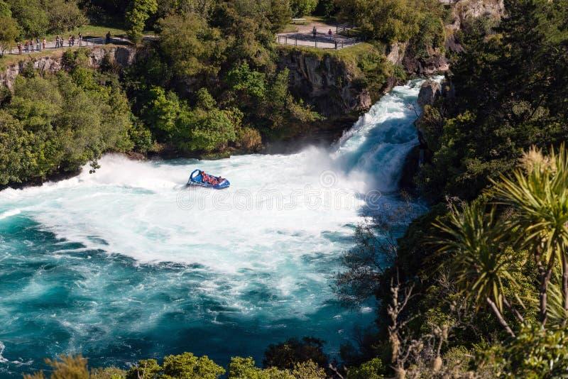 有游人的一条喷气机小船Huka的落,新西兰 免版税图库摄影
