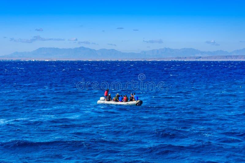 有游人的可膨胀的汽艇在离洪加达市,埃及不远的红海 免版税库存图片