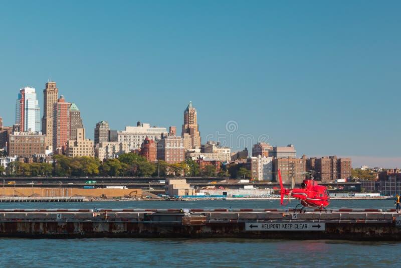 有游人的直升机直升机场的在纽约 美国 库存图片