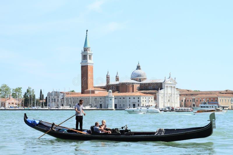 有游人的长平底船在威尼斯 库存照片