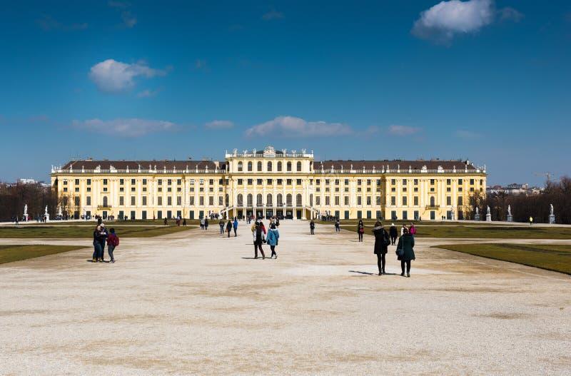 有游人的Schönbrunn宫殿 免版税库存图片