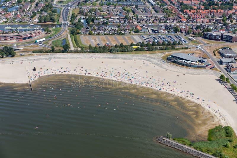有游泳人的鸟瞰图海滩荷兰村庄Lemmer 免版税库存图片