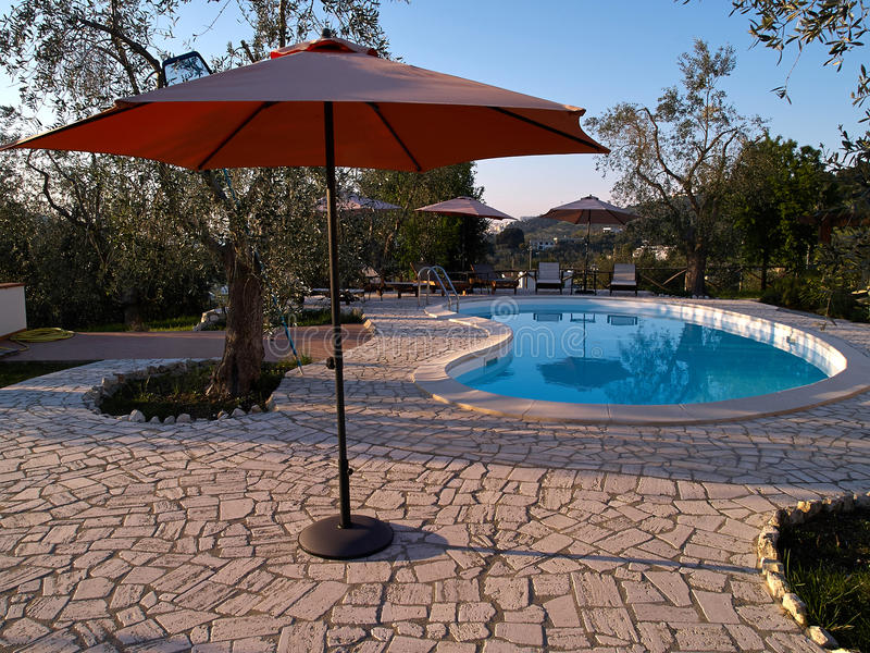 有游泳池的现代后院 库存照片