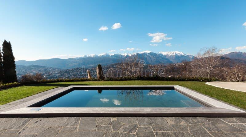 有游泳池的现代房子 免版税库存照片