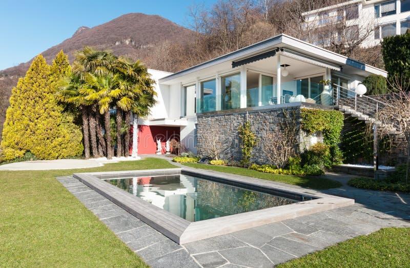 有游泳池的现代房子 库存照片
