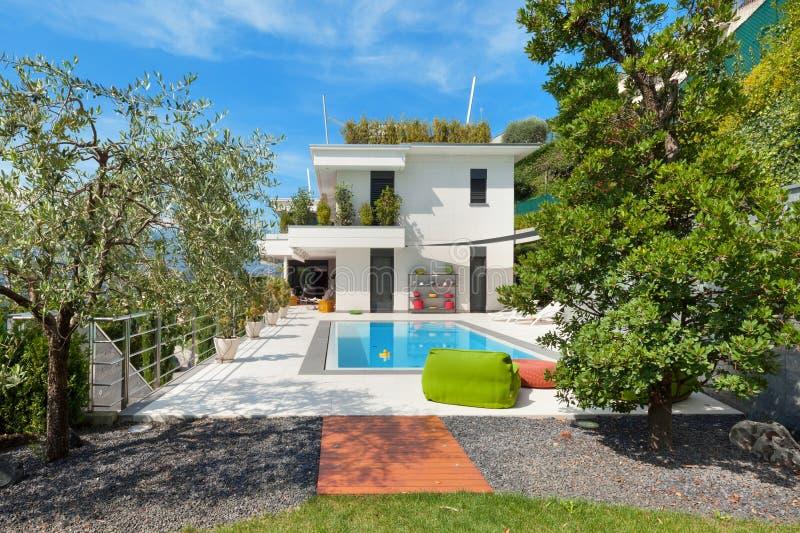 有游泳池的白色房子 免版税库存照片