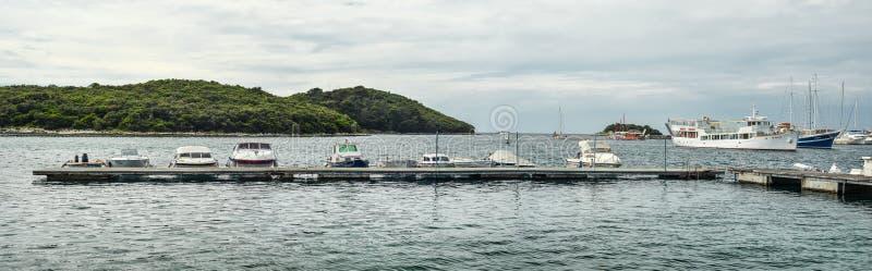 有游艇和小游艇船坞的在亚得里亚海,Vrsar克罗地亚美好的全景 库存照片