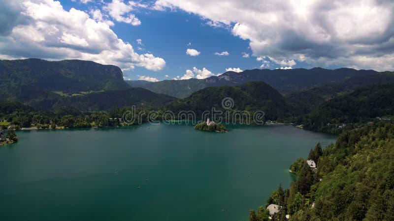 有湖和阿尔卑斯包围的假定朝圣教会的流血的海岛 库存图片