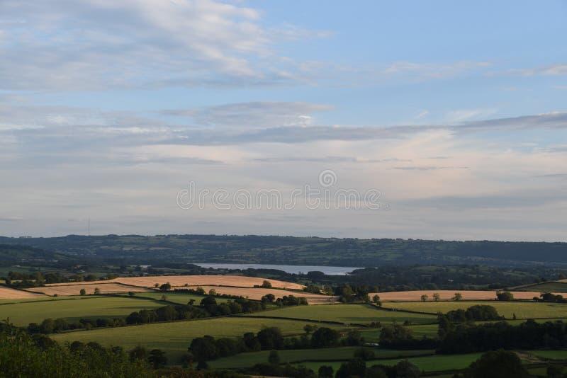 有湖和领域的英国乡下 库存图片