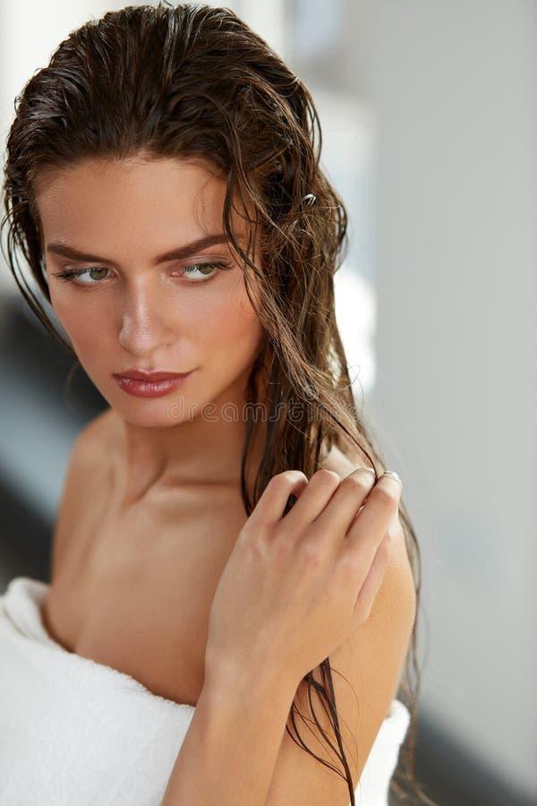 有湿长的头发的美丽的性感的妇女 头发和身体关心 免版税库存图片