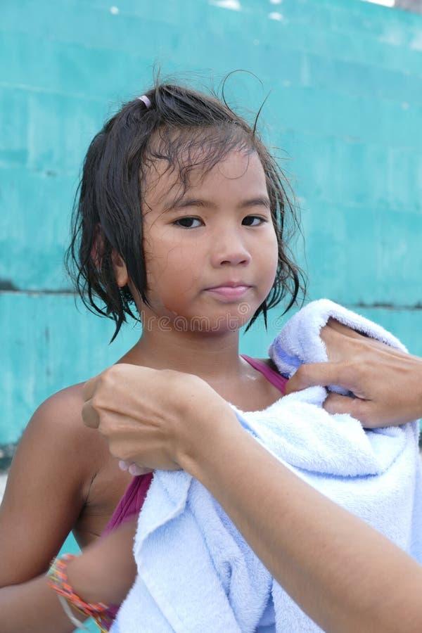 有湿头发的亚裔小女孩从游泳 免版税库存照片