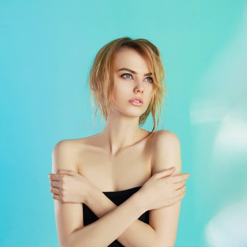 有湿头发的美丽的青少年的女孩 免版税库存照片