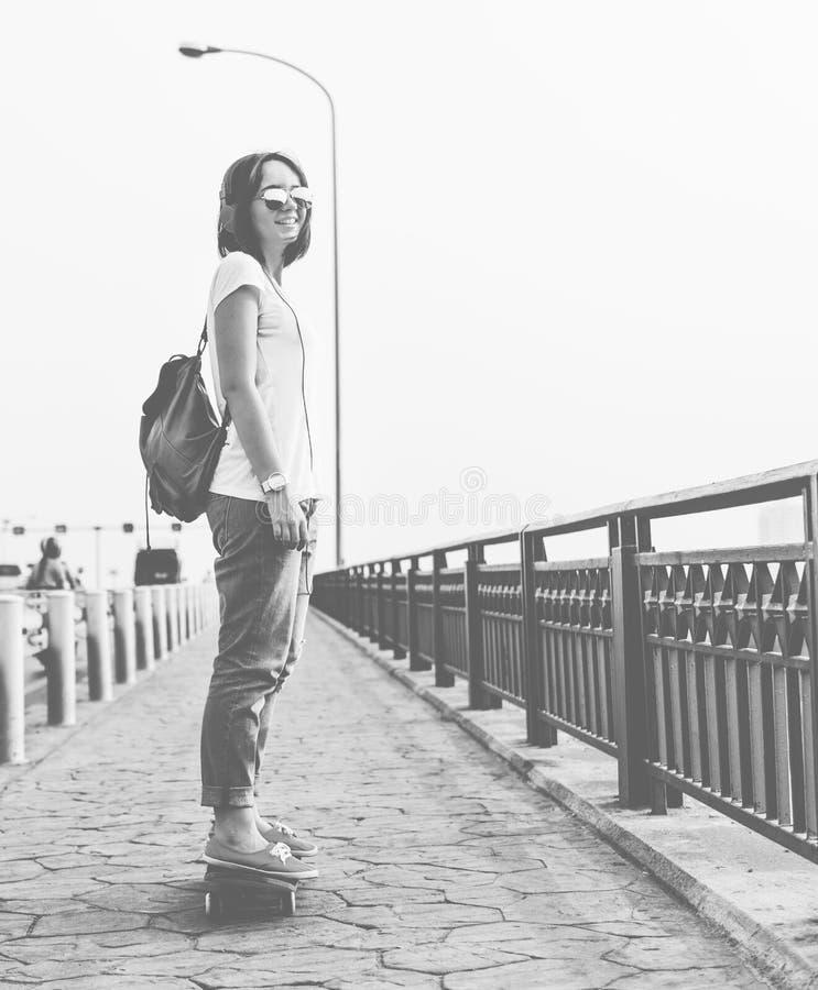 有滑板的一个女孩 图库摄影