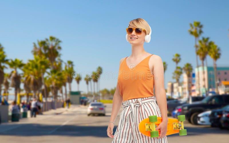 有滑板的十几岁的女孩在威尼斯海滩 免版税库存图片