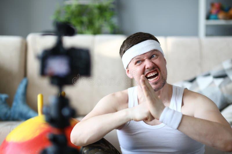 有滑稽的面孔纪录健身锻炼的博客作者 免版税库存图片
