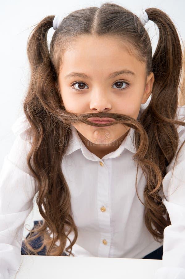 有滑稽的髭的小女孩 有长的发型的小女孩