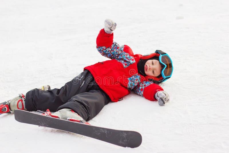有滑雪和滑雪成套装备的小逗人喜爱的男孩 的小滑雪者 免版税图库摄影