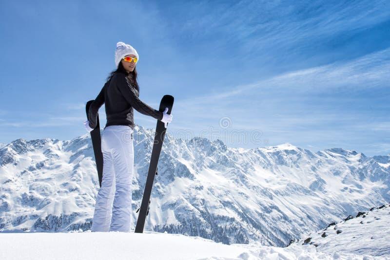 有滑雪的美丽的深色的妇女 库存照片