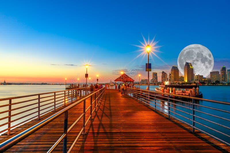 有满月的科罗纳多码头 免版税库存照片