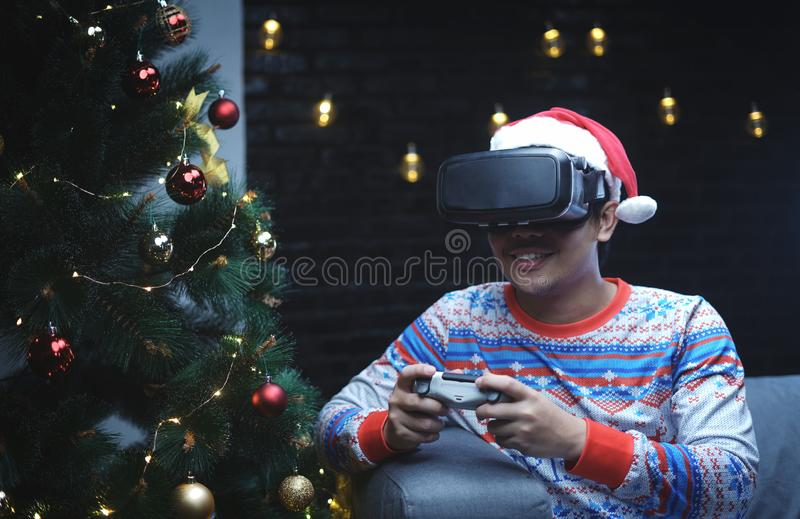 有演奏虚拟现实开会的圣诞节服装的亚裔人 免版税库存图片