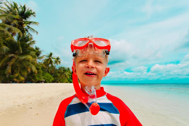 有潜水的面具的Littl男孩在热带海滩 库存照片