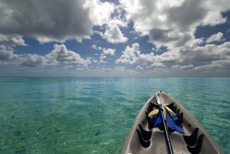 有潜航的齿轮的皮船在热带盐水湖。 库存图片