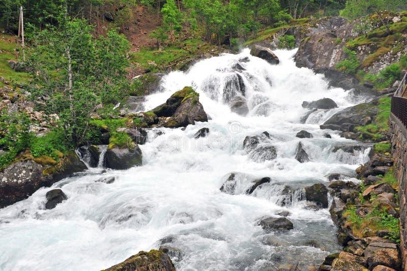 有瀑布的强有力的山河在Geiranger 库存图片