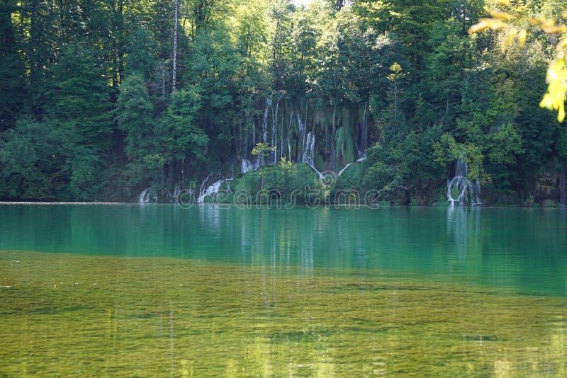 有瀑布的湖 库存照片