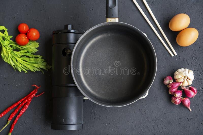 有火炉和调味料的空的平底深锅 免版税库存照片