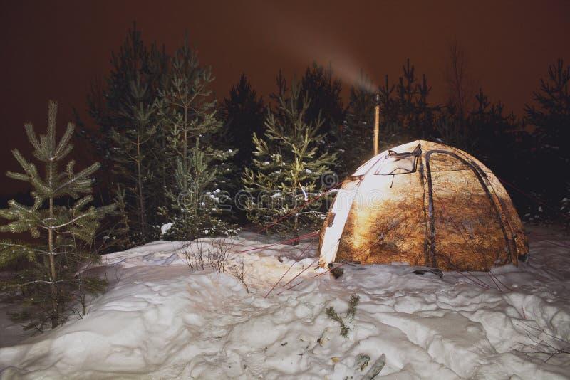 有火炉的冬天帐篷 免版税库存照片