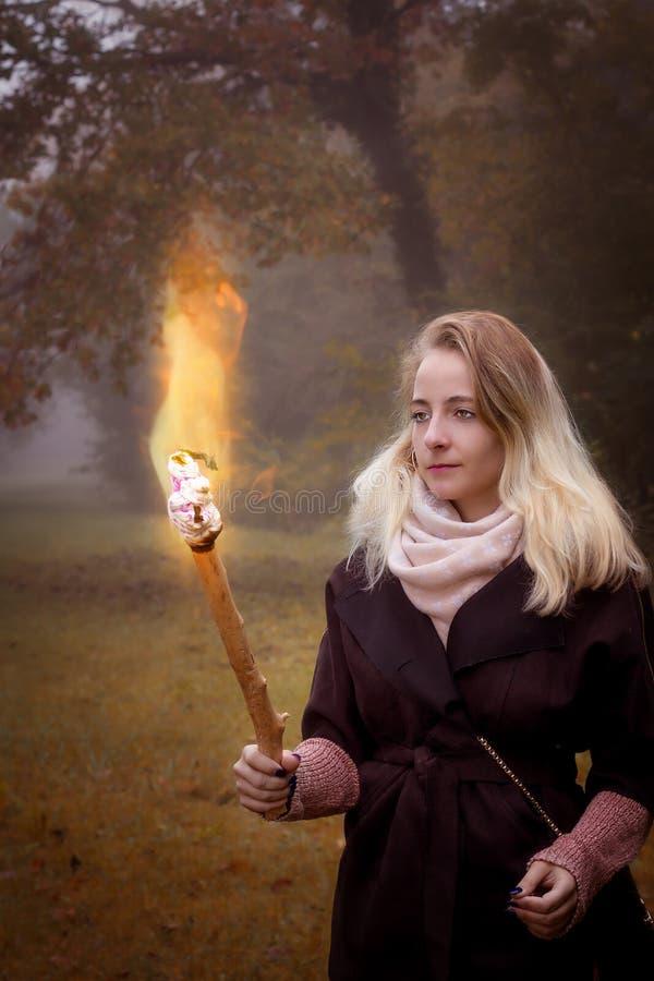 有火炬的年轻女人 库存图片