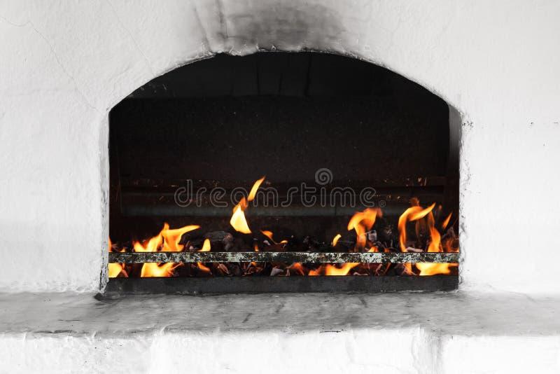 有火的白色俄国火炉燃烧器 库存图片