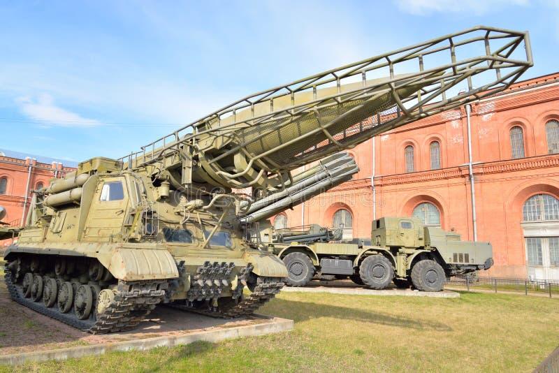 有火箭的导弹复杂9K72 Elbrus 8K14发射器2P19在军事火炮博物馆 库存图片