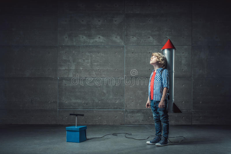 有火箭的男孩 免版税库存图片