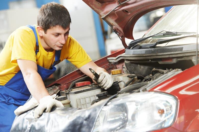 有火花塞的汽车修理师 图库摄影