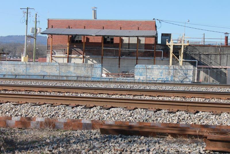 有火车轨道的老镇 库存图片