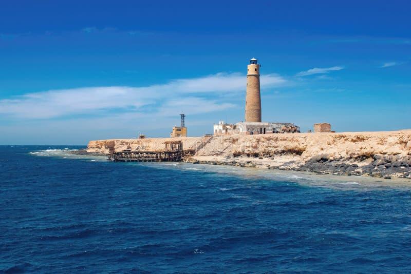 有灯塔的偏僻的海岛,哥哥海岛,红海埃及 免版税库存照片
