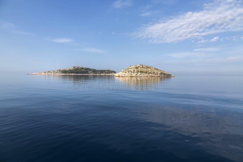 有灯塔的海岛在国家公园科纳提群岛,克罗地亚 免版税库存照片