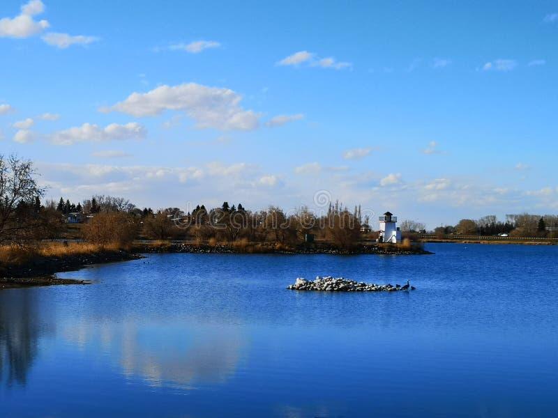 有灯塔的湖 免版税库存图片