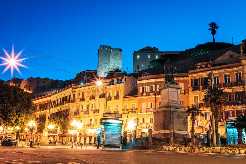 有灯笼和咖啡馆的早晨街道在卡利亚里意大利 库存图片